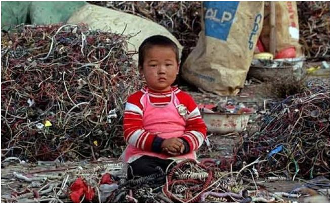 De acuerdo con informes de la ONU, China se ha convertido en el mayor centro de residuos de basura electrónica del mundo. Los productos electrónicos que se fabrican en China y que son exportados en todo el mundo encontrarán su camino de regreso al final en China. (art_es_anna / Flickr)