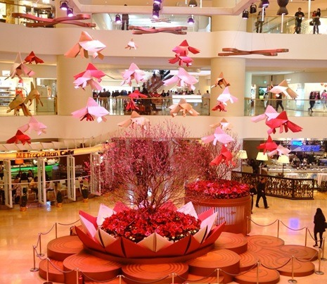 Estanque de flor de loto con peces de papel en el Pacific Place Mall, Hong Kong. (China Gaze)
